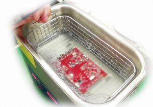 Ultradźwiękowe mycie płyty głównej komputera